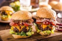 Σπιτικό burger βόειου κρέατος, καραμελοποιημένο κρεμμύδι, μπέϊκον και μπύρα Στοκ εικόνες με δικαίωμα ελεύθερης χρήσης