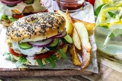 Σπιτικό burger κοτόπουλου Στοκ φωτογραφία με δικαίωμα ελεύθερης χρήσης