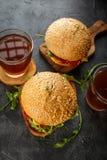 Σπιτικό burger με το arugula, την ντομάτα και το τυρί Στοκ φωτογραφία με δικαίωμα ελεύθερης χρήσης