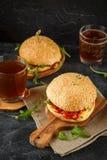 Σπιτικό burger με το arugula, την ντομάτα και το τυρί Στοκ Φωτογραφία