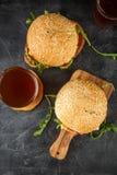 Σπιτικό burger με το arugula, την ντομάτα και το τυρί Στοκ εικόνες με δικαίωμα ελεύθερης χρήσης
