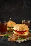 Σπιτικό burger με το arugula, την ντομάτα και το τυρί Στοκ Εικόνες