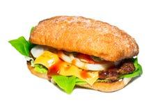 Σπιτικό burger που απομονώνεται στο άσπρο υπόβαθρο στοκ εικόνα με δικαίωμα ελεύθερης χρήσης