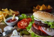 Σπιτικό burger, τηγανισμένες πατάτες, τηγανιτές πατάτες, σύνολο γρήγορου φαγητού Στοκ Φωτογραφία