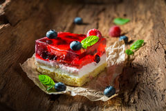 Σπιτικό cheesecake με τα φρέσκα βακκίνια και τα σμέουρα Στοκ Φωτογραφίες