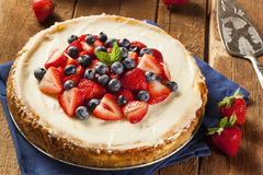Σπιτικό Cheesecake φραουλών και βακκινίων Στοκ Εικόνες
