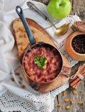 Σπιτικό chutney μήλων με τις σταφίδες, την κανέλα, το τσίλι και άλλα καρυκεύματα Στοκ Φωτογραφίες