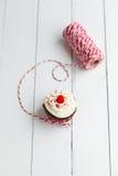 Σπιτικό cupcake με τη βουτύρου κρέμα καφέ και φρέσκα μούρα στο W Στοκ Εικόνα