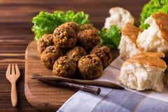 Σπιτικό falafel με τη σαλάτα Εβραϊκή κουζίνα καλλιτεχνικά λεπτομερή οριζόντια μεταλλικά Παρίσι πλαισίων του Άιφελ πρότυπα της Γαλ Στοκ Εικόνες