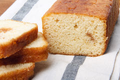 Σπιτικό fruitcake με την πλήρωση φρούτων Στοκ Εικόνα