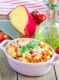 Σπιτικό gnocchi πατατών με τη σάλτσα βασιλικού ντοματών Στοκ φωτογραφία με δικαίωμα ελεύθερης χρήσης