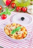 Σπιτικό gnocchi πατατών με τη σάλτσα βασιλικού ντοματών Στοκ Εικόνες