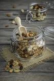 Σπιτικό granola με τα καρύδια και τις σταφίδες στον ξύλινο πίνακα Στοκ εικόνα με δικαίωμα ελεύθερης χρήσης