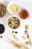 Σπιτικό granola με τα φρούτα και τις άσπρες πτώσεις σοκολάτας στοκ φωτογραφία