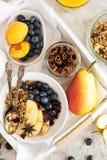 Σπιτικό granola με τα aplles και την κανέλα Στοκ εικόνες με δικαίωμα ελεύθερης χρήσης