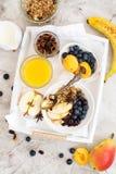 Σπιτικό granola με τα aplles και την κανέλα Στοκ Εικόνες