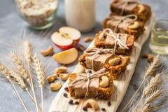 Σπιτικό granola με oatmeal, καρύδια, ξηρά βερίκοκα, ξηρά - φρούτα Στοκ φωτογραφία με δικαίωμα ελεύθερης χρήσης