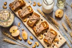 Σπιτικό granola με oatmeal, καρύδια, ξηρά βερίκοκα, ξηρά - φρούτα Στοκ εικόνες με δικαίωμα ελεύθερης χρήσης