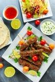 Σπιτικό Kofta kebabs στα οβελίδια με το pita, τον ασβέστη, τα λαχανικά, το γλυκές τσίλι και τη σάλτσα γιαουρτιού στο άσπρο πιάτο Στοκ φωτογραφία με δικαίωμα ελεύθερης χρήσης