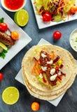 Σπιτικό Kofta kebabs στα οβελίδια με το pita, τον ασβέστη, τα λαχανικά, το γλυκές τσίλι και τη σάλτσα γιαουρτιού στο άσπρο πιάτο Στοκ εικόνες με δικαίωμα ελεύθερης χρήσης