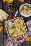 Σπιτικό lasagna κρέατος στον ξύλινο πίνακα στοκ φωτογραφίες με δικαίωμα ελεύθερης χρήσης