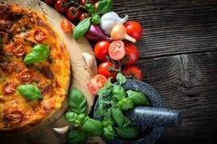 σπιτικό margherita πιτσών με τη μοτσαρέλα, το βασιλικό και τις ντομάτες Στοκ φωτογραφία με δικαίωμα ελεύθερης χρήσης