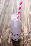 Σπιτικό milkshake με τα μούρα στο ξύλινο υπόβαθρο Στοκ φωτογραφίες με δικαίωμα ελεύθερης χρήσης