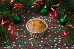 Σπιτικό muffin με τη διακόσμηση αστεριών στο ξύλινο υπόβαθρο Στοκ φωτογραφίες με δικαίωμα ελεύθερης χρήσης