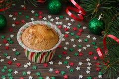 Σπιτικό muffin με τη διακόσμηση αστεριών στο ξύλινο υπόβαθρο Στοκ Εικόνα
