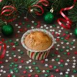 Σπιτικό muffin με τη διακόσμηση αστεριών στο ξύλινο υπόβαθρο Στοκ εικόνες με δικαίωμα ελεύθερης χρήσης