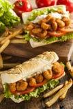 Σπιτικό Po γαρίδων σάντουιτς αγοριών Στοκ εικόνα με δικαίωμα ελεύθερης χρήσης