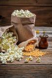 Σπιτικό popcorn με το άλας Στοκ Εικόνες