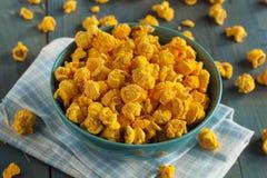 Σπιτικό Popcorn τυριών τυριού Cheddar στοκ φωτογραφία