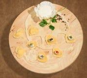Σπιτικό ravioli με μορφή της καρδιάς, ανοικτός και κλειστός, με το καρυκευμένο τυρί, το φρέσκο ricotta, το μαϊντανό και μερικά σι Στοκ Εικόνες