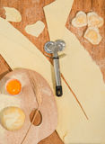 Σπιτικό ravioli με μορφή της καρδιάς με έναν κόπτη ζύμης παλετών και ροδών ζωγράφων Στοκ εικόνες με δικαίωμα ελεύθερης χρήσης