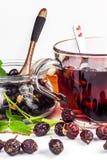 Σπιτικό rosehip τσάι Παραδοσιακή θεραπεία για τα κρύα και τη γρίπη Ξηρά μούρα του ξηρού θάμνου σε ένα άσπρο υπόβαθρο Καυτό rosehi Στοκ εικόνα με δικαίωμα ελεύθερης χρήσης