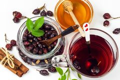Σπιτικό rosehip τσάι Παραδοσιακή θεραπεία για τα κρύα και τη γρίπη Ξηρά μούρα του ξηρού θάμνου σε ένα άσπρο υπόβαθρο Καυτό rosehi Στοκ εικόνες με δικαίωμα ελεύθερης χρήσης