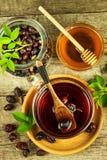 Σπιτικό rosehip τσάι Παραδοσιακή θεραπεία για τα κρύα και τη γρίπη Ξηρό μούρο σε έναν ξύλινο πίνακα Καυτό rosehip τσάι Χειμερινό  Στοκ Εικόνες