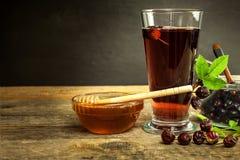 Σπιτικό rosehip τσάι Παραδοσιακή θεραπεία για τα κρύα και τη γρίπη Ξηρό μούρο σε έναν ξύλινο πίνακα Καυτό rosehip τσάι Χειμερινό  Στοκ εικόνες με δικαίωμα ελεύθερης χρήσης