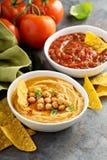 Σπιτικό salsa hummus και ντοματών στα άσπρα κύπελλα με τα τσιπ Στοκ φωτογραφία με δικαίωμα ελεύθερης χρήσης