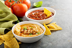 Σπιτικό salsa hummus και ντοματών στα άσπρα κύπελλα με τα τσιπ Στοκ Εικόνες