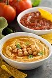 Σπιτικό salsa hummus και ντοματών στα άσπρα κύπελλα με τα τσιπ Στοκ εικόνα με δικαίωμα ελεύθερης χρήσης