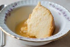 Σπιτικό Semolina επιδόρπιο με τη σάλτσα καραμέλας/Creme την καραμέλα Στοκ Φωτογραφία