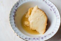 Σπιτικό Semolina επιδόρπιο με τη σάλτσα καραμέλας/Creme την καραμέλα Στοκ Εικόνες