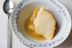 Σπιτικό Semolina επιδόρπιο με τη σάλτσα καραμέλας/Creme την καραμέλα Στοκ Φωτογραφίες