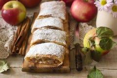 Σπιτικό strudel με τα μήλα Στοκ εικόνα με δικαίωμα ελεύθερης χρήσης