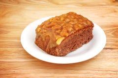 Σπιτικό toffee κέικ και άσπρο πιάτο Στοκ Εικόνα
