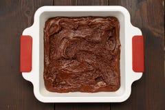Σπιτικό yummy κέικ σοκολάτας στο άσπρο τετραγωνικό τηγάνι ψησίματος στο ξύλο Στοκ εικόνα με δικαίωμα ελεύθερης χρήσης