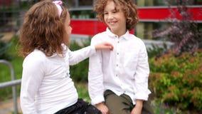 Σπουδαστές, αδελφός και αδελφή, ομιλία Τα παιδιά έντυσαν στη σχολική στολή, στα άσπρα πουκάμισα Το κορίτσι χαϊδεύει ήπια απόθεμα βίντεο