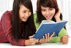 σπουδαστές ανάγνωσης Στοκ φωτογραφία με δικαίωμα ελεύθερης χρήσης